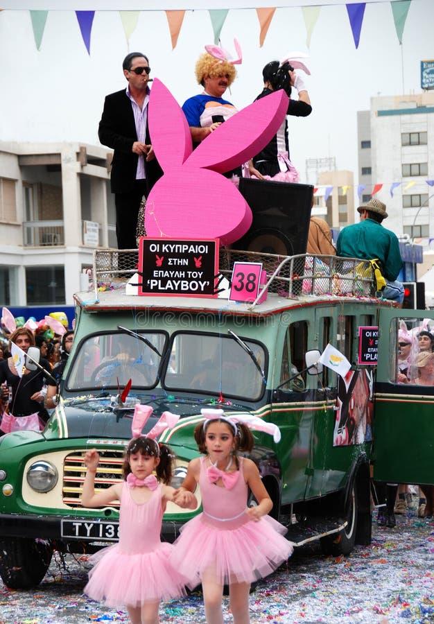 Bus de play-boy dans le défilé de carnaval photographie stock libre de droits