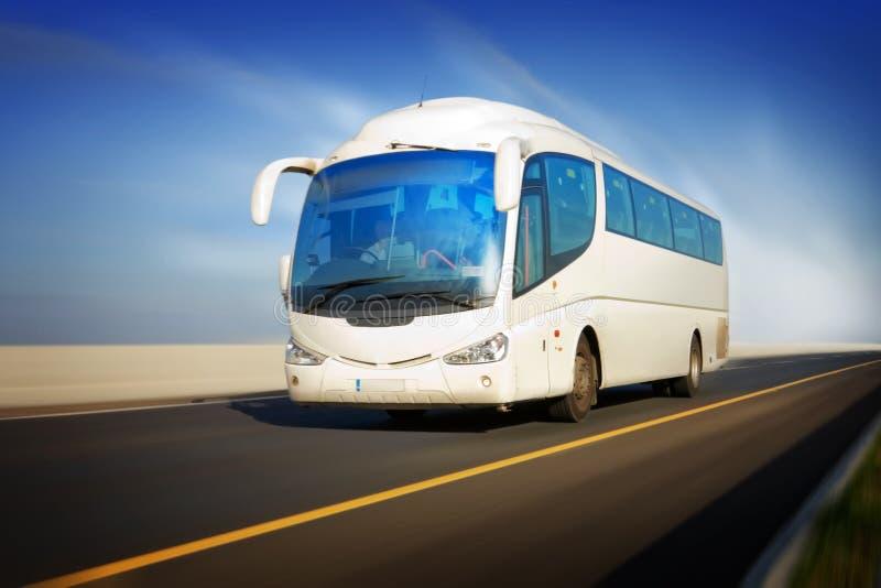 Bus in der Bewegung auf der Datenbahn stockbild