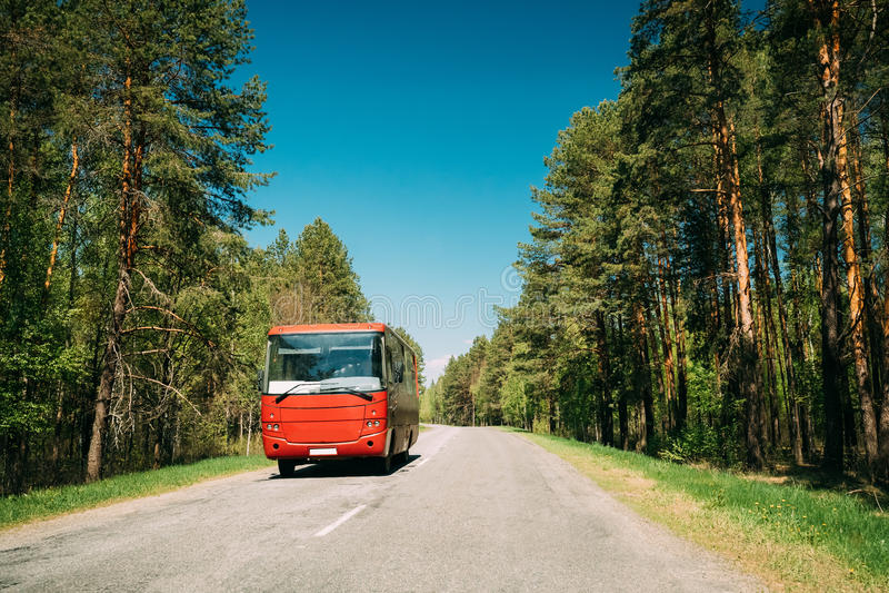 Bus in der Bewegung auf Land-Straße Bewegungs-Autos auf Autobahn in Europa lizenzfreie stockfotos