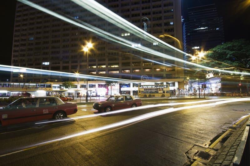 Bus, der durch Nachtstraße beschleunigt stockfoto
