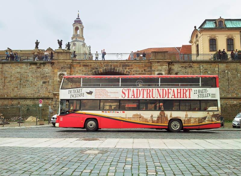 Bus di giro del doppio ponte a Dresda immagine stock libera da diritti
