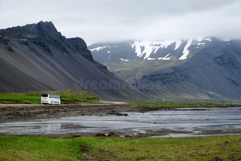 Bus di giro su Iceland' s Ring Road fotografie stock libere da diritti
