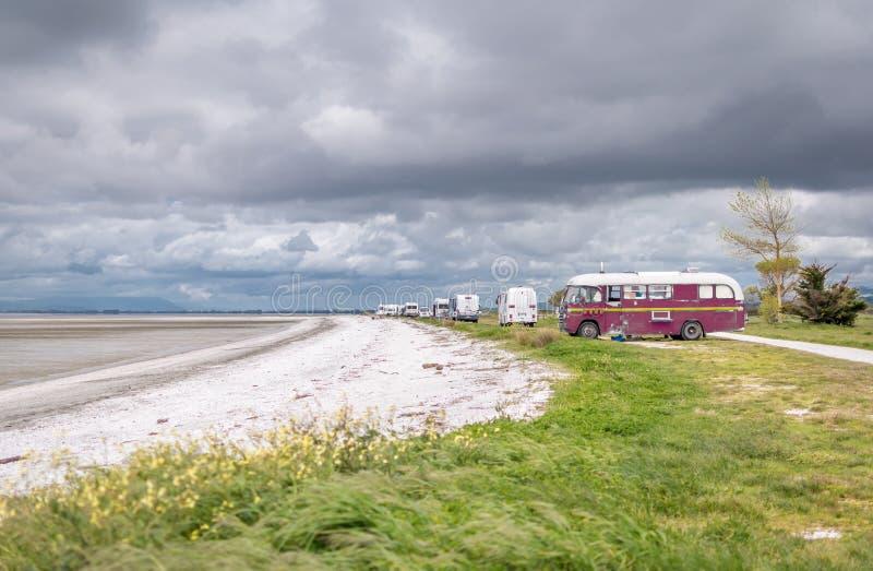 Bus e camper sulla parte anteriore della spiaggia fotografia stock