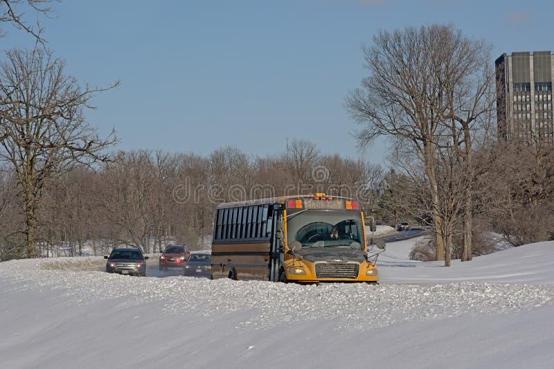 Bus en auto's op een weg thourgh de sneeuw royalty-vrije stock fotografie