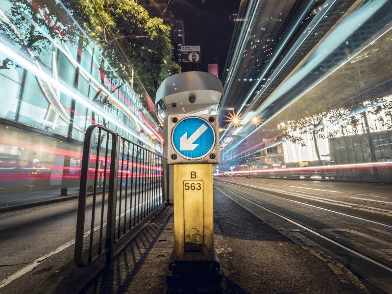 Bus en Tram verlieten de Lichte Slepen op Hong Kong City Street met een Levensonderhoud Teken royalty-vrije stock afbeeldingen
