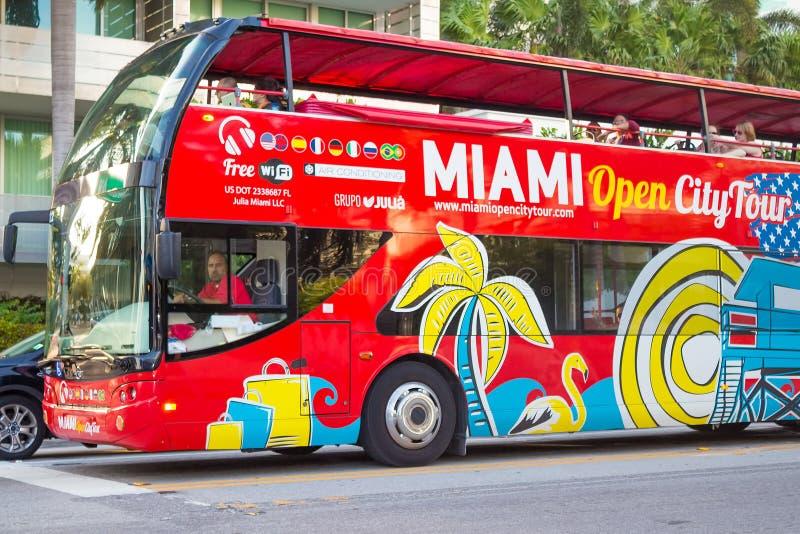 Bus facente un giro turistico del ponte aperto a Miami Beach fotografia stock libera da diritti