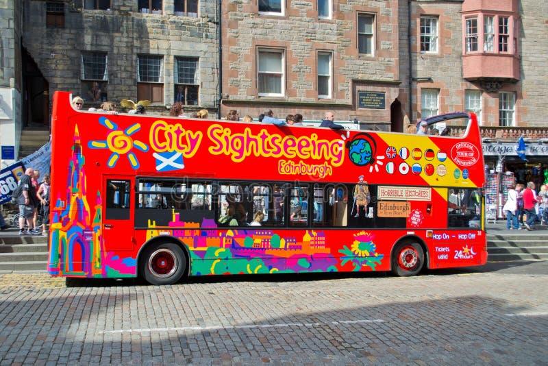 Bus facente un giro turistico della città a Edinburgh. immagini stock libere da diritti