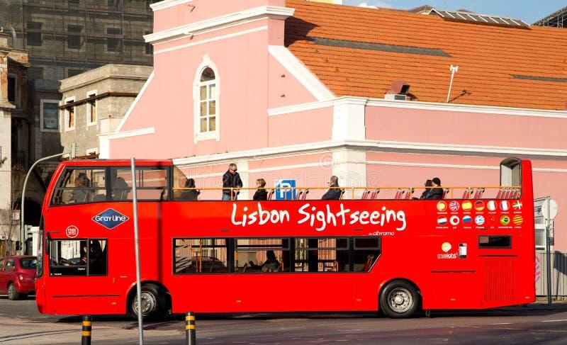 Bus facente un giro turistico di Lisbona immagini stock libere da diritti