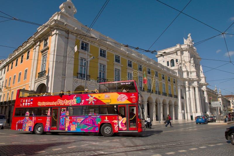 Bus facente un giro turistico di Lisbona fotografia stock libera da diritti