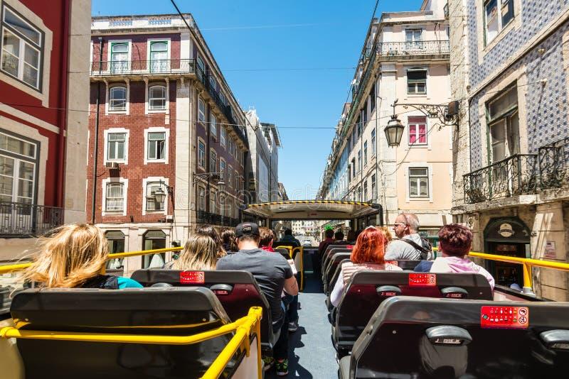 Bus facente un giro turistico a Lisbona, Portogallo immagini stock libere da diritti