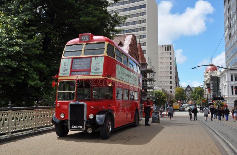 Bus facente un giro turistico rosso del doppio ponte, Nuova Zelanda immagini stock