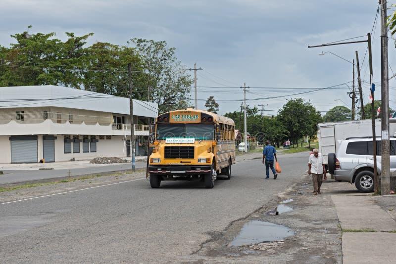 Bus giallo della città in Guabito Panama sul confine a Costa Rica immagine stock