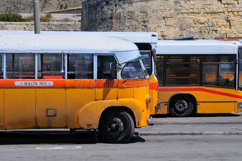 Bus leggendari ed iconici del pubblico di Malta fotografia stock