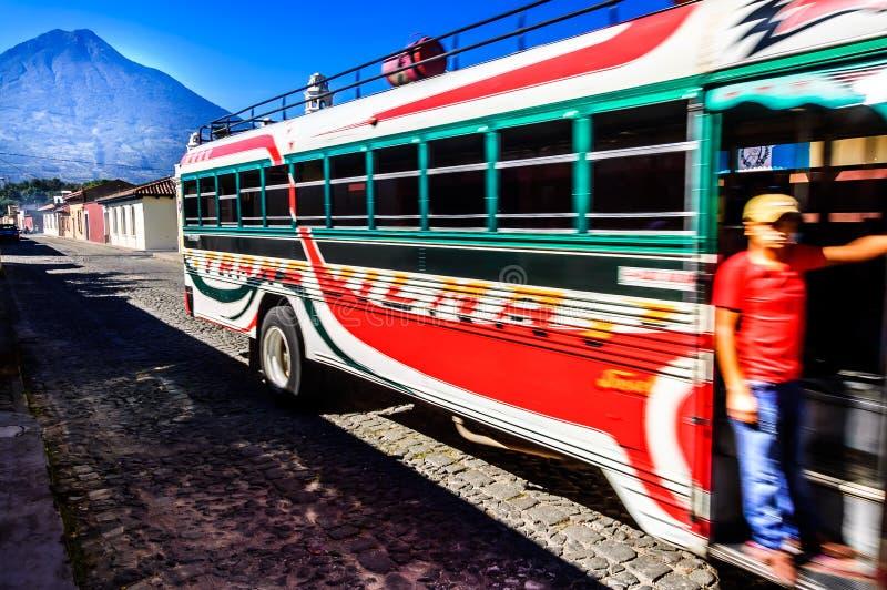 Bus locale & vulcano del Agua, Antigua, Guatemala immagine stock