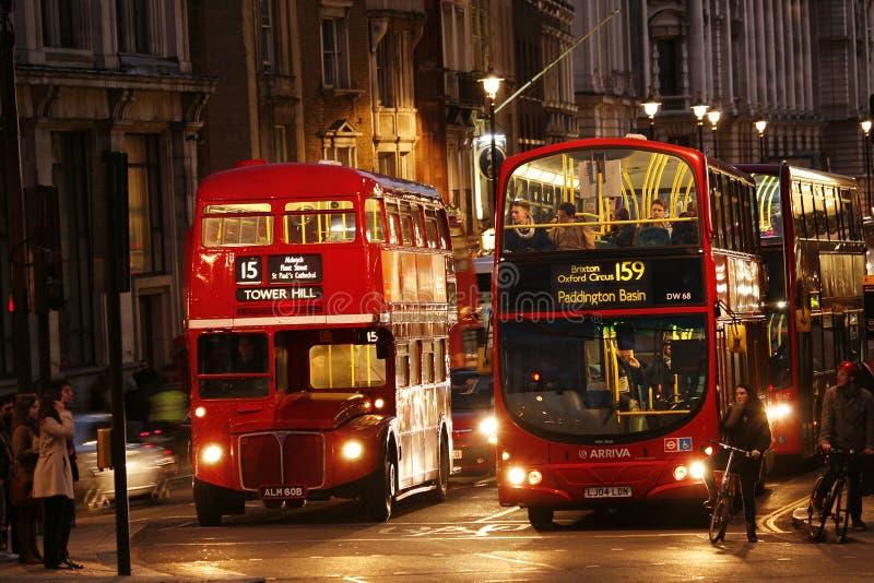 Bus Londons Routemaster nachts lizenzfreie stockbilder