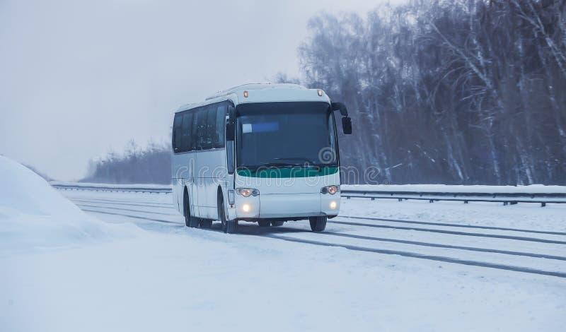 Bus Moves längs en Winter Snowy Road royaltyfri foto