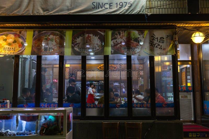 Bus?n, Corea del Sur, 12/31/2017 Caf? aut?ntico en el mercado de pescados Visi?n afuera por la tarde imágenes de archivo libres de regalías