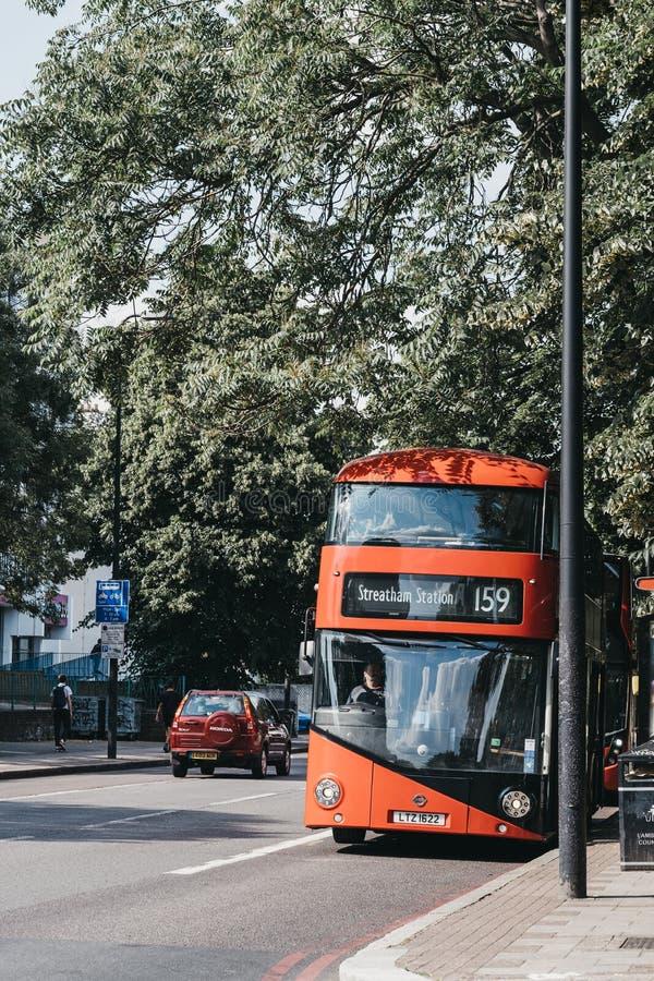 Bus 159 naar Streatham-Post op een straat in Brixton, Zuid-Londen, het UK stock afbeeldingen