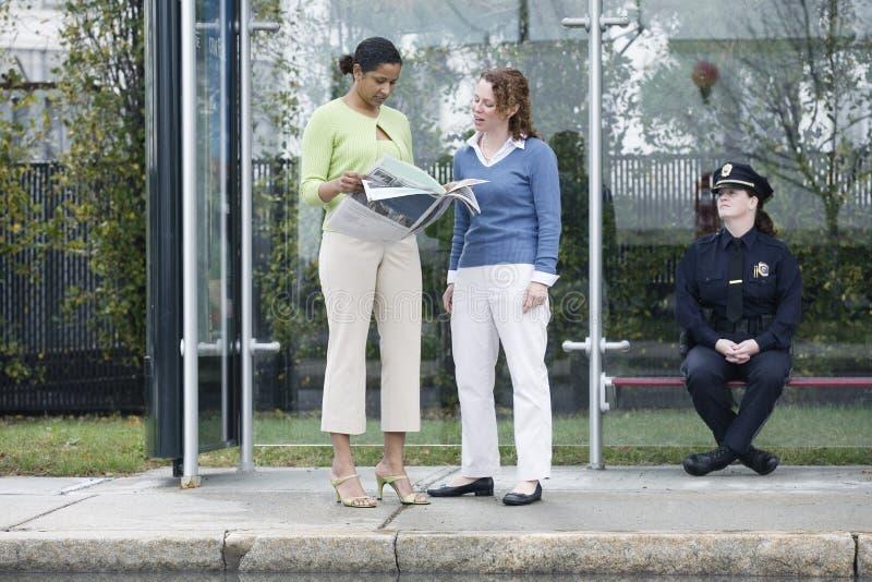 bus observing policewoman stop urban στοκ εικόνα