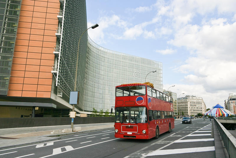 Bus op Europese commissie die Brussel bouwt stock foto