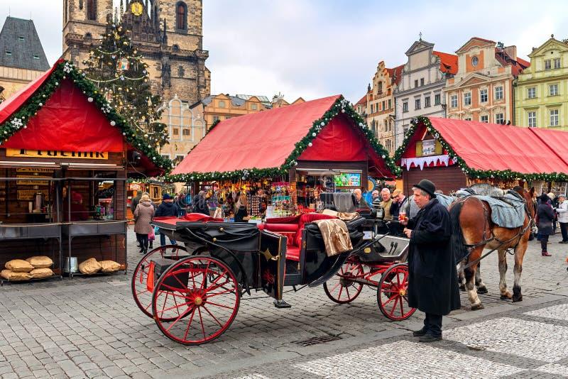 Bus op Oud Stadsvierkant van Praag tijdens Kerstmismarkt royalty-vrije stock afbeeldingen