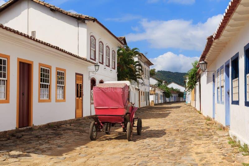 Bus op straat, oude koloniale huizen in Paraty, Brazilië stock foto's