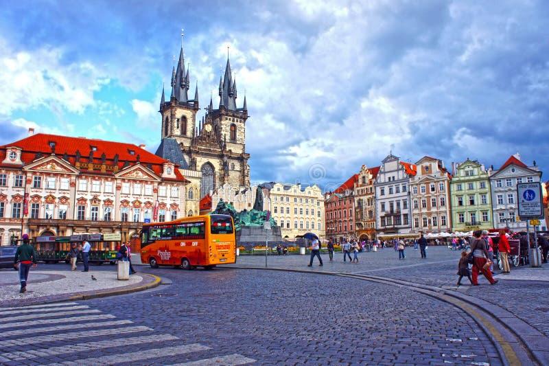 Bus in Oude Stads Vierkante wachtende toeristen voor rondleiding van de belangrijkste aantrekkelijkheden van de stad in Praag stock afbeeldingen