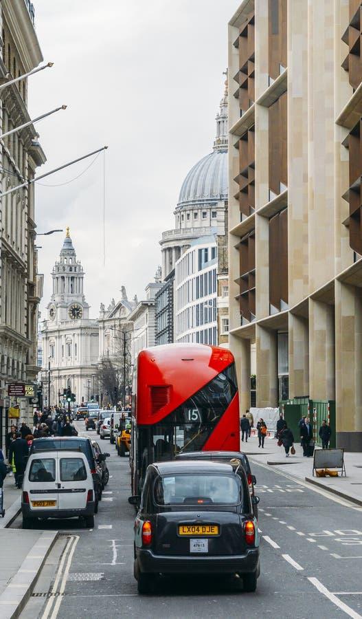 Bus rosso di Routemaster di eredità che funziona nella città di Londra Apra la piattaforma all'imbarco veloce facilitato posterio immagini stock