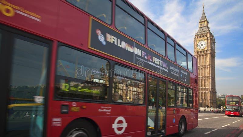 Bus rosso nel moto e Big Ben, il palazzo di Westminster Londra fotografia stock libera da diritti