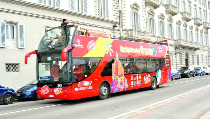 Bus turistico sulle vie di Firenze, Italia fotografia stock