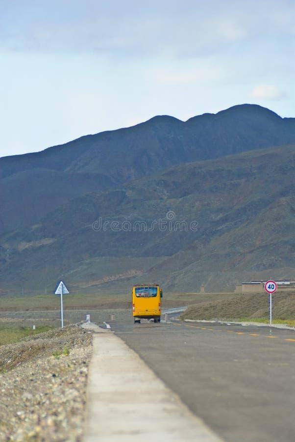 Bus sulla strada principale fotografie stock libere da diritti