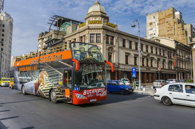 Bus turístico de Bucarest imagenes de archivo