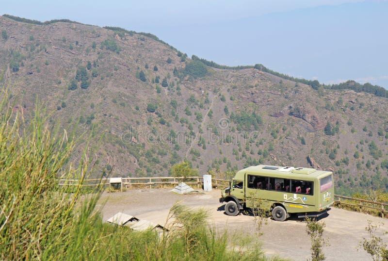 Bus turístico de Busvia del Vesuvio por la pista de senderismo al top del MES imagen de archivo