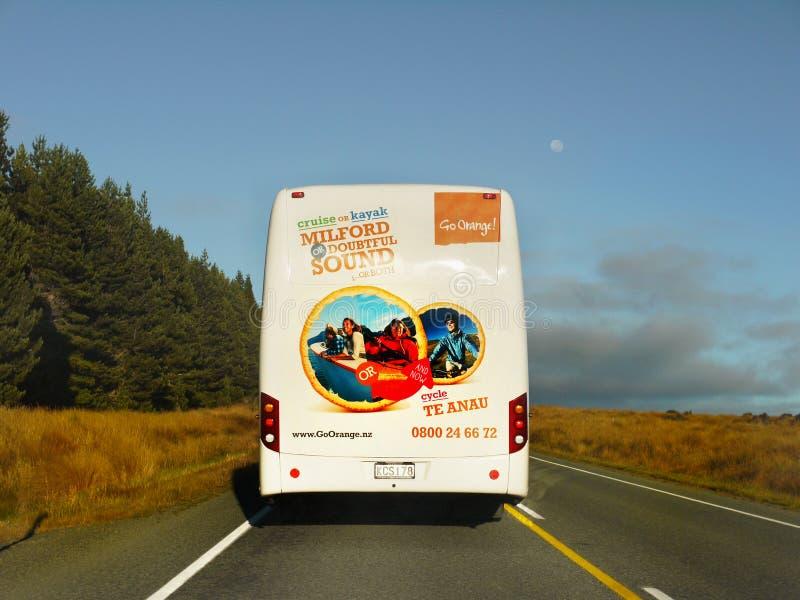 Bus turístico, Milford Sound, Nueva Zelanda fotos de archivo