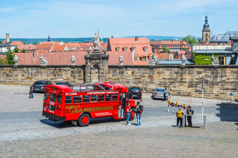 Bus turistico locale a Bamberga, Germania fotografia stock libera da diritti