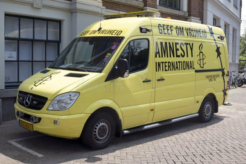 Bus von Amnestieinternationalem in Amsterdam stockfoto