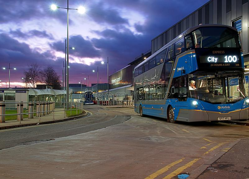 Bus von Edinburgh-Flughafen lizenzfreie stockfotos