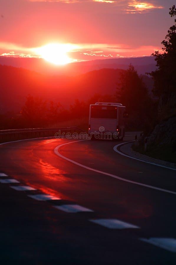 Bus in zonsondergang royalty-vrije stock foto's