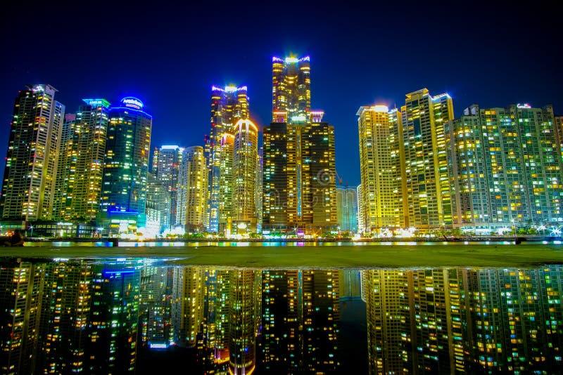 Busan cityscape på nattetid med reflexionen, Sydkorea fotografering för bildbyråer