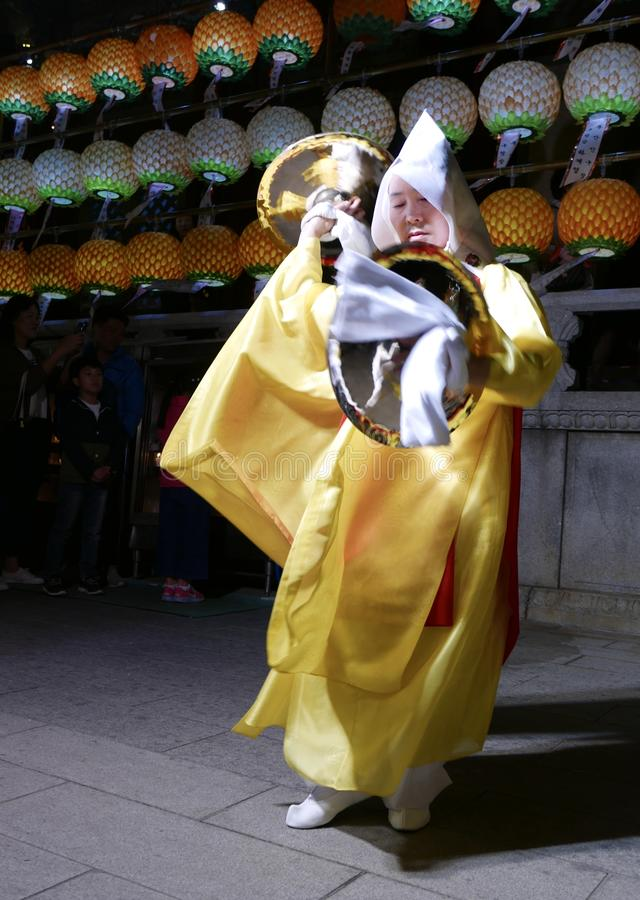 Busan, Corée 4 mai 2017 : Interprètes religieux au temple de Samgwangsa image stock