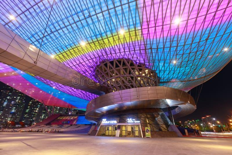 Busan, Corea del Sud - 20 agosto 2018: Copra in pieno delle luci del LED osservate da sotto e dell'esterno del centro del cinema  immagine stock libera da diritti