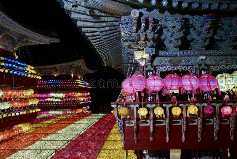 Busan, Coreia 4 de maio de 2017: Templo de Samgwangsa decorado com lanternas imagens de stock royalty free