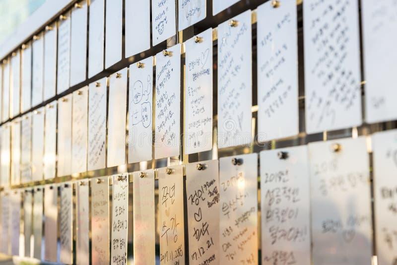Busan, Coreia do Sul, 01/01/2018: Placas do ferro com desejos na luz de nivelamento Close-up imagens de stock