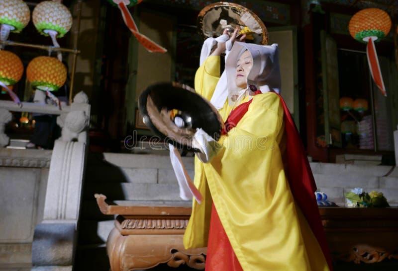 Busan Korea-Maj 4, 2017: Religiösa aktörer på den Samgwangsa templet arkivbild