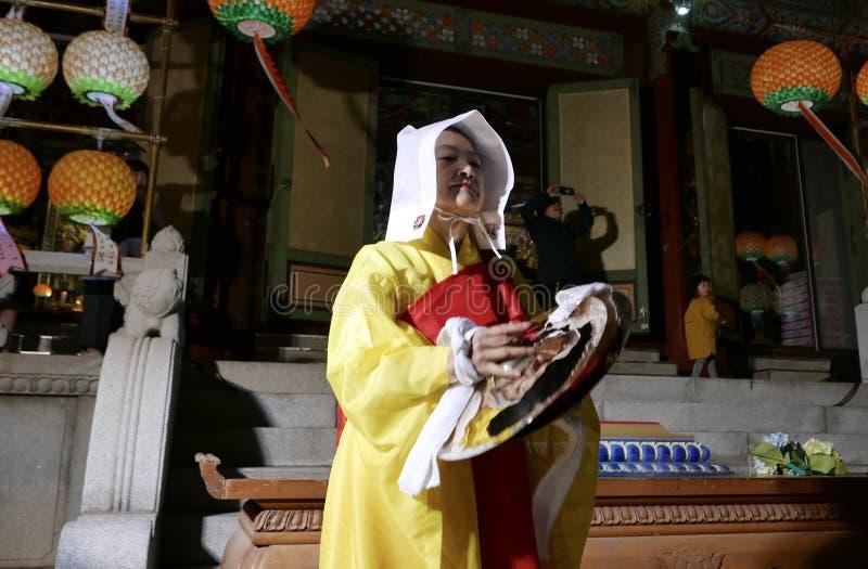 Busan Korea-Maj 4, 2017: Religiösa aktörer på den Samgwangsa templet royaltyfri bild