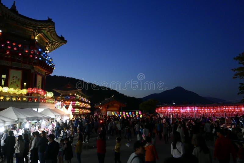 Busan Korea-Maj 4, 2017: Samgwangsa tempel som dekoreras med lyktor arkivbild