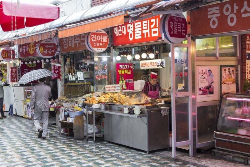 BUSAN - OKTOBER 27, 2016: Traditionell matmarknad i Busan, Kore royaltyfri bild