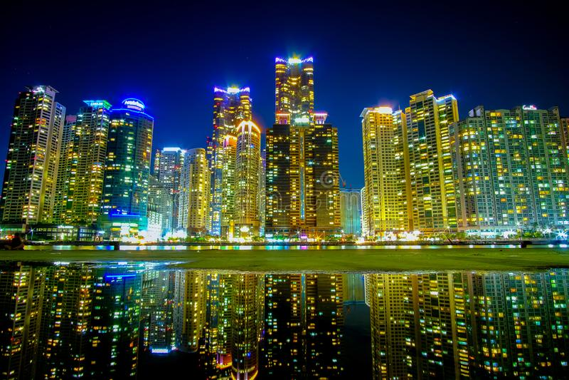 Busan pejzaż miejski przy nighttime z odbiciem, korea południowa obraz stock