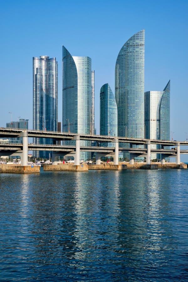 Busan-Wolkenkratzer und Gwangan-Brücke, Südkorea lizenzfreie stockfotografie