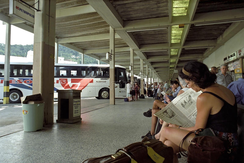 Busbahnhof und Reisende, Teresopolis, Brasilien lizenzfreies stockfoto